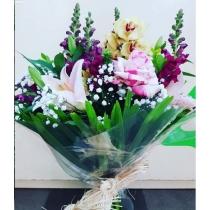 buquê com lírios, orquídea e rosas