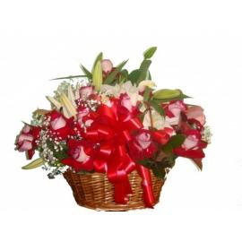 cesta com rosas colombianas e lírios