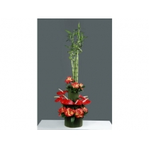 arranjo c/ rosas, antúrios e bambús