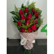 buquê com 12 rosas colombianas